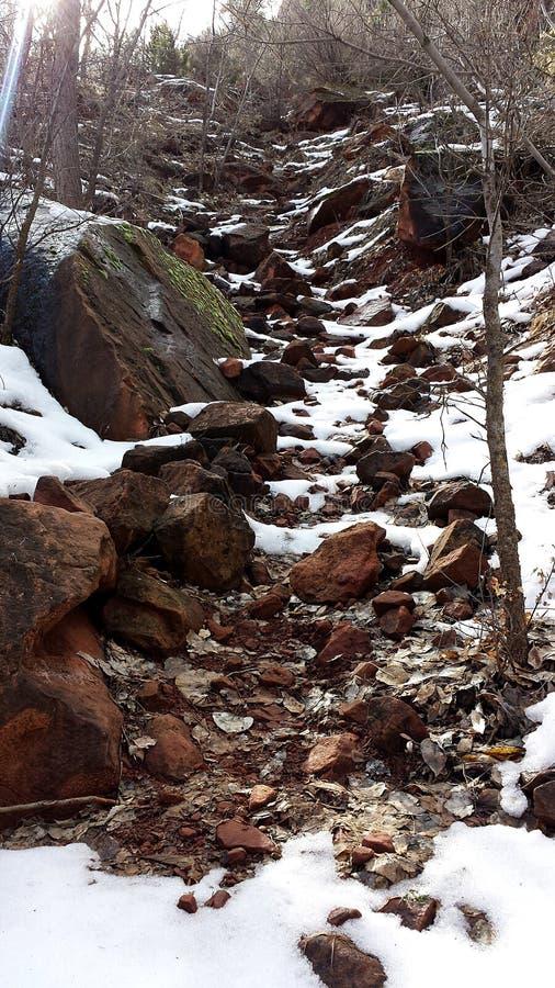 Rocky Path Between Boulders- und Sandstein-Felsen mit Schnee währenddessen stockfoto