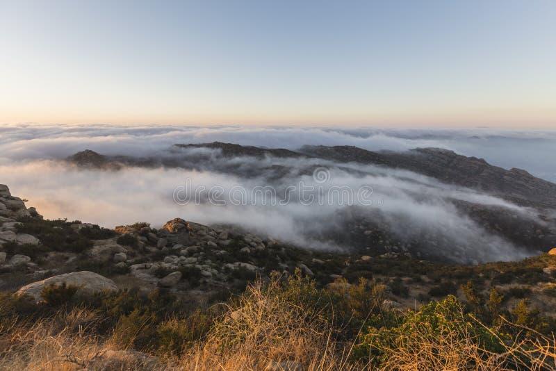 Rocky Peak Morning Fog Los Angeles län Kalifornien arkivbilder