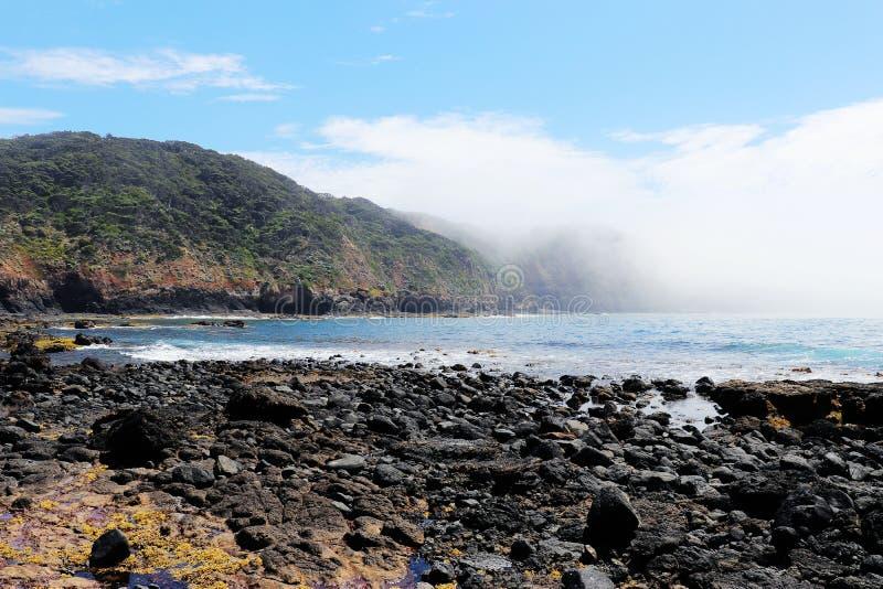 Rocky Pebble Beach en Oceaan stock fotografie