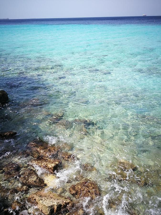 Rocky Sea, océan et cieux bleus photos stock