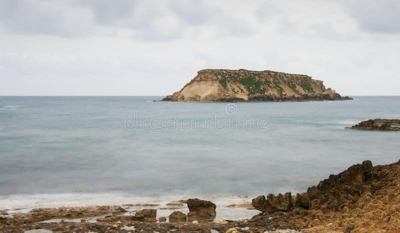 Rocky Seascape con la isla de los geronisos Paphos, Chipre imágenes de archivo libres de regalías