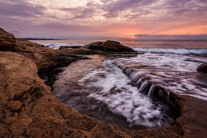 Rocky Seascape tijdens zonsopgang De mooie natuurlijke zomer Ravda, dichtbij Burgas, Bulgarije royalty-vrije stock foto's