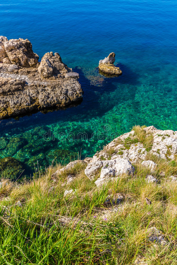 Rocky Seashore Taken From Above - Rovinj, Croacia foto de archivo