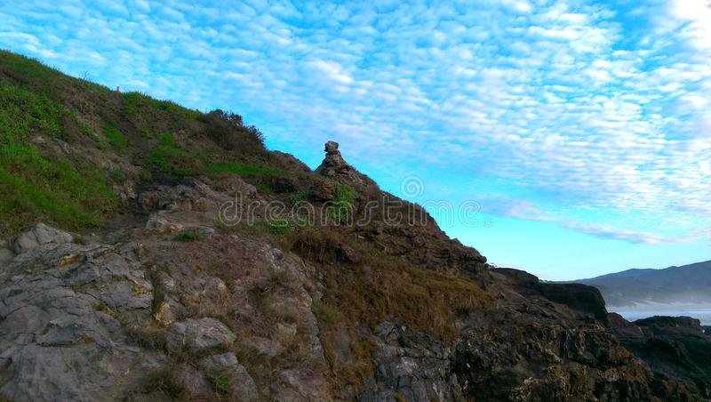 Rocky Shore, céu azul brilhante fotos de stock