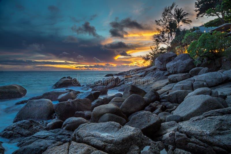 Rocky Shore am Mutter-Tri Landhaus königlich, Phuket, Thailand stockbild