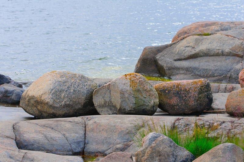 Rocky Shore och Östersjön royaltyfri foto