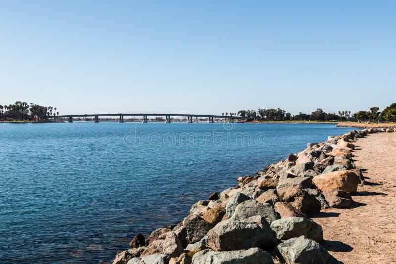 Rocky Shoreline op Opdrachtbaai in San Diego royalty-vrije stock afbeeldingen