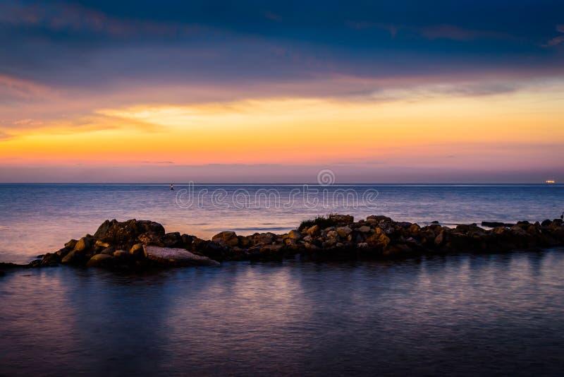 Rocky Shoreline Sunset extraño fotografía de archivo libre de regalías
