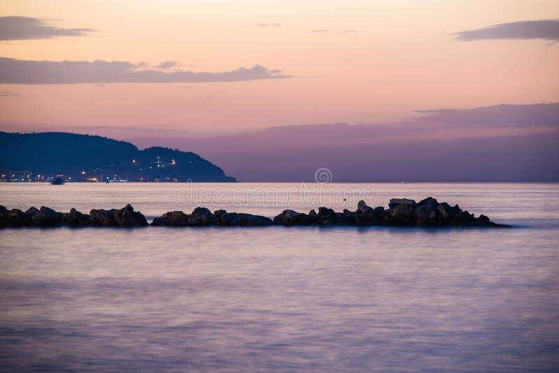 Rocky Shoreline Sunset extraño imagenes de archivo