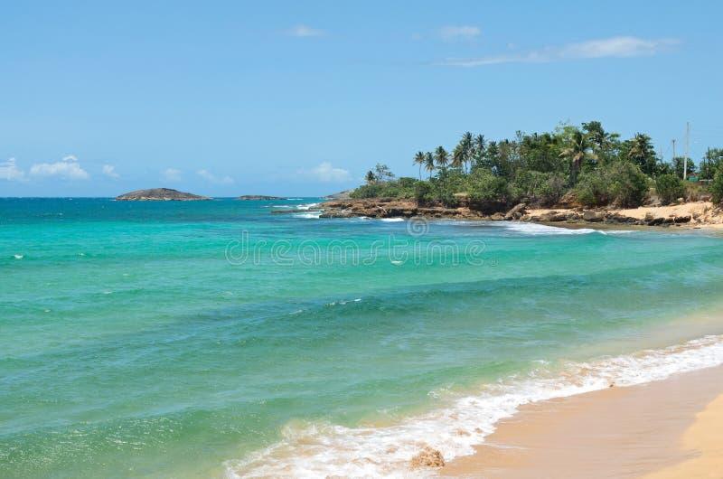 Rocky Shoreline y playa cerca de Arecibo fotografía de archivo libre de regalías