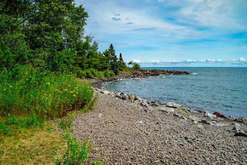 Rocky Shores en la bahía en dos puertos, Minnesota de la ágata imagen de archivo