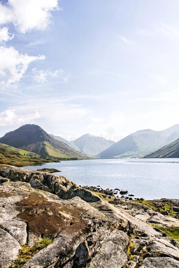 Rocky Shores of Wast Water Lake in the Lake District met Mountains in Background royalty-vrije stock foto