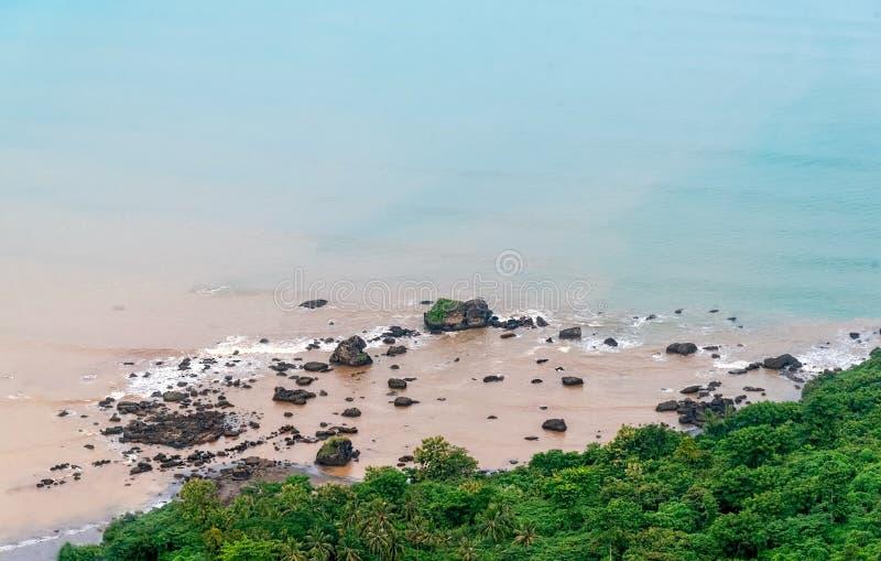 Rocky Soft Pastel Blue Beach perto de Forest Calm e do litoral azul da serenidade Tranquilidade nas dificuldades fotos de stock royalty free