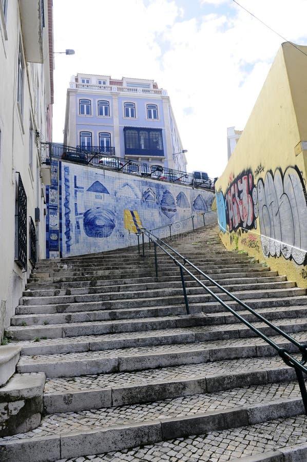 Rocky Stairs al aire libre - calle vieja típica Lisboa de la ciudad imagenes de archivo