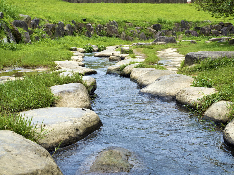 Rocky Stepping Stones ao longo do rio foto de stock royalty free