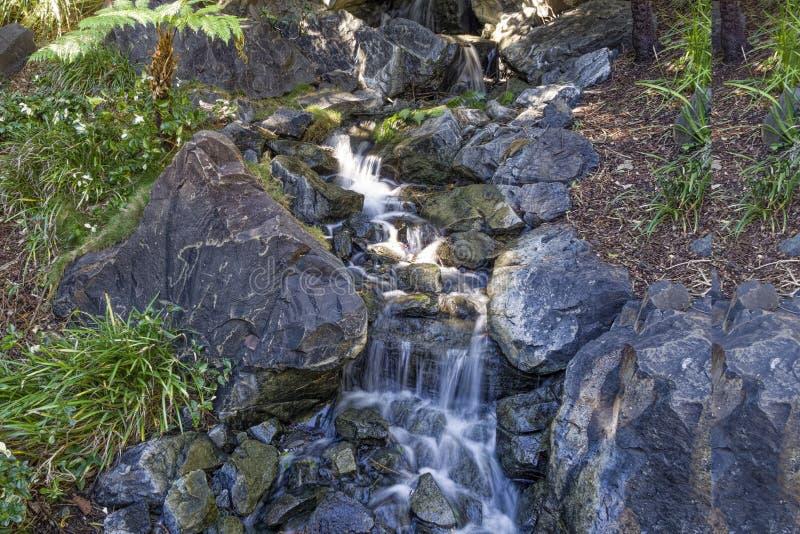 Rocky Stream i de japanska trädgårdarna arkivbild