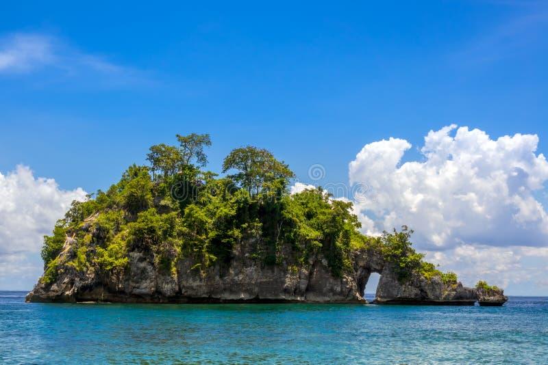 Rocky Tropic Islet in Indonesien lizenzfreie stockfotografie