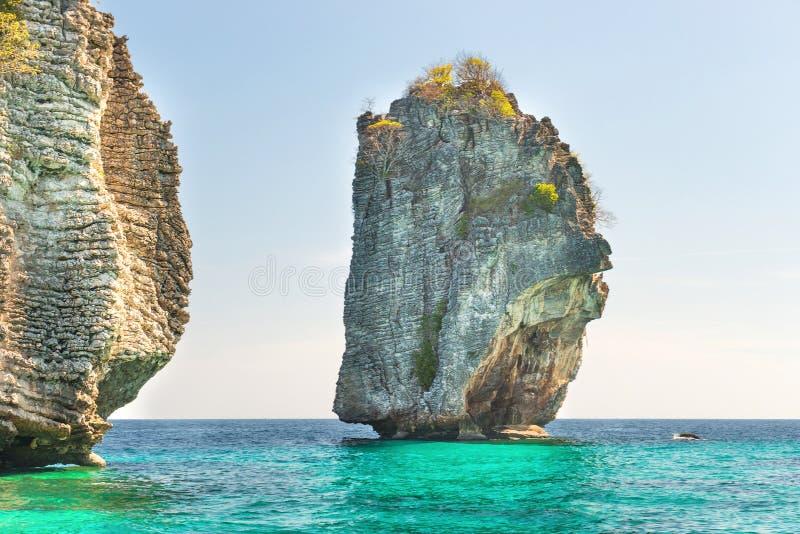 Rocky Tropical Insel in blauem Meer lizenzfreie stockfotos