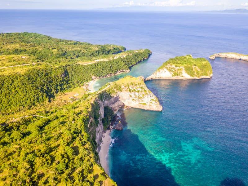 Rocky Tropical Shore und Strände Schattenbild des kauernden Geschäftsmannes stockfoto