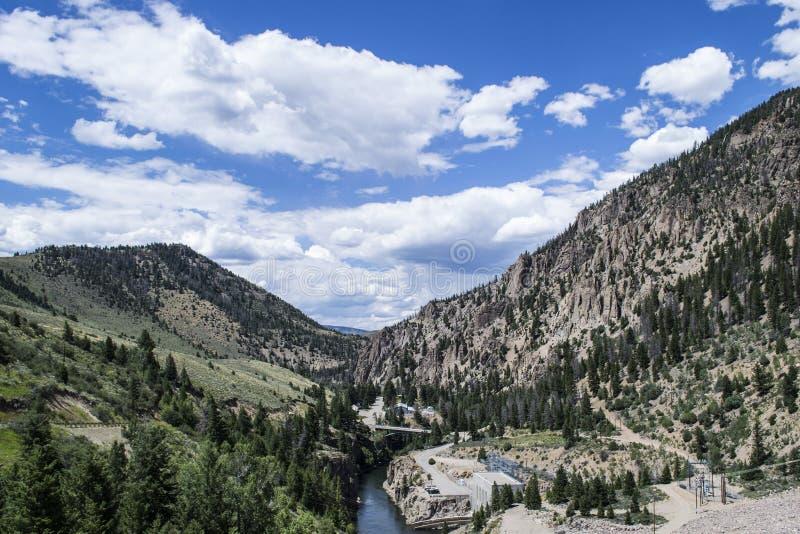 Rocky, valle árbol-cubierto con el río imágenes de archivo libres de regalías