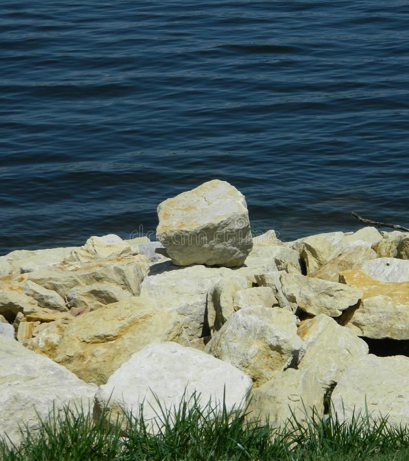 Rocky Zen Shoreline Beautiful Lake lizenzfreies stockbild