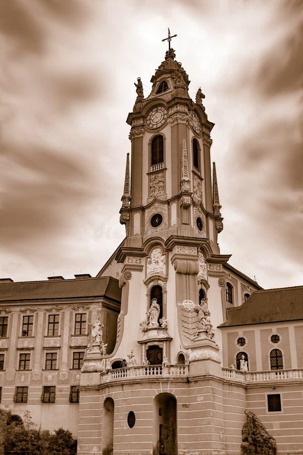 Rococo heeft een kerk opgericht in een plattelandsdorp in Oostenrijk, Europa stock foto's