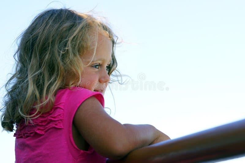 3-4 roczniak dziewczyny spojrzeń z interesem przy coś obrazy stock