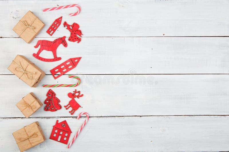 Roczników bożych narodzeń dekoracja na drewnianym stole - Xmas drzewo, domy obrazy royalty free