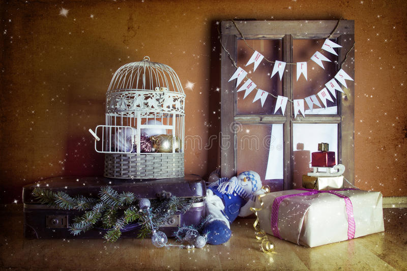 Roczników bożych narodzeń dekoracja z walizką, okno i klatką, obrazy stock