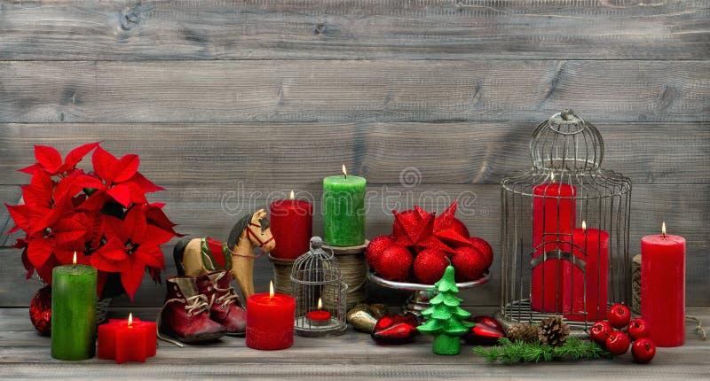 Roczników bożych narodzeń dekoracje z czerwonymi świeczkami i kwiatu poinse zdjęcie stock