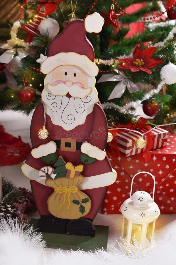 Roczników bożych narodzeń stylowa dekoracja z drewnianym Santa Claus zdjęcia stock