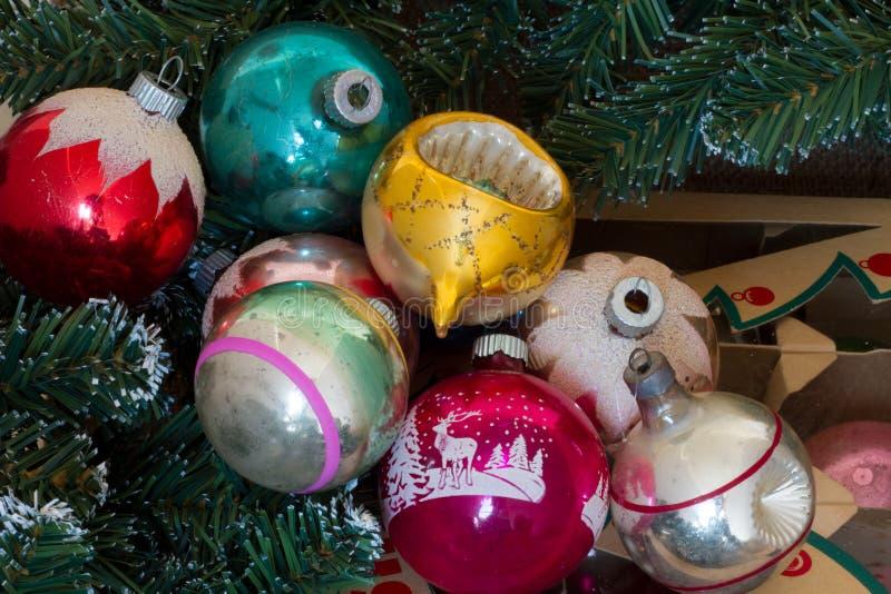 Roczników ornamenty z pudełkiem i Greenery zdjęcia stock