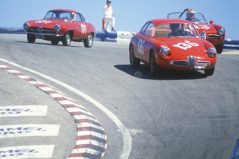 Roczników racecars przyśpieszają wzdłuż śladu podczas Laguna Seca rasy w Kalifornia zdjęcie royalty free