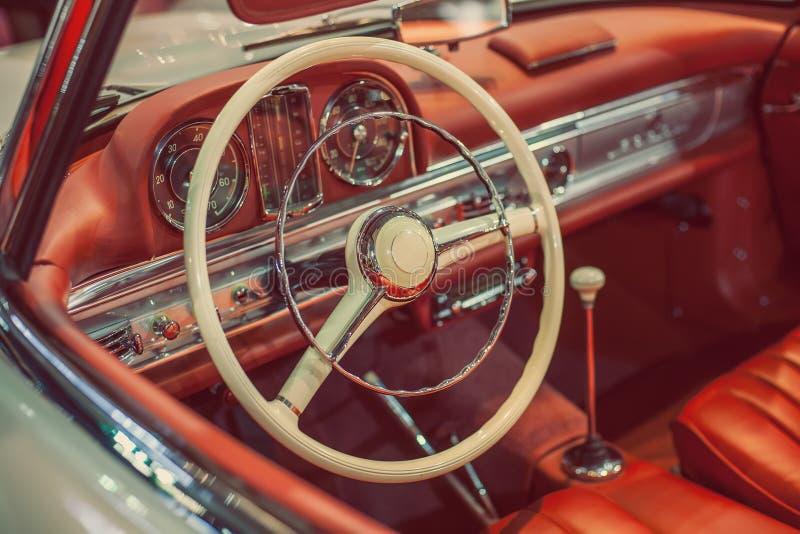 Roczników samochodów deska rozdzielcza fotografia stock