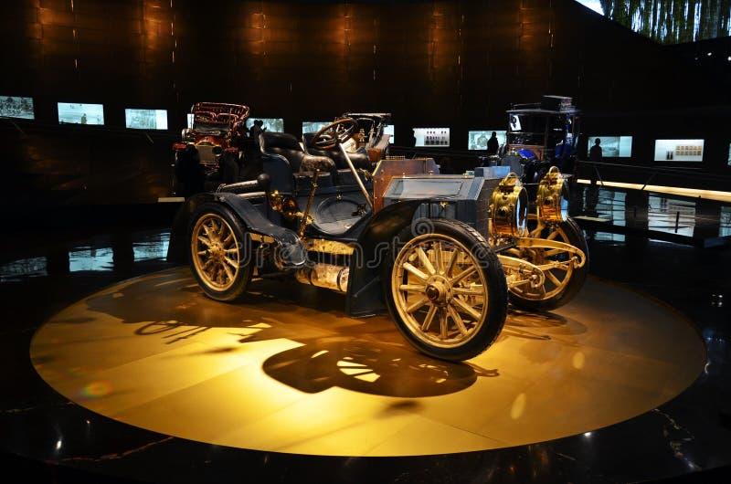 Roczników samochodów eksponat w Mercedes-Benz muzeum w Stuttgart obrazy royalty free