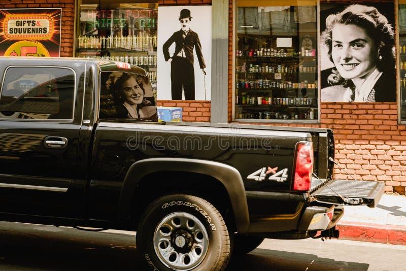 Roczników samochody na Hollywood bulwarze i billboardy, Los Angeles zdjęcia stock