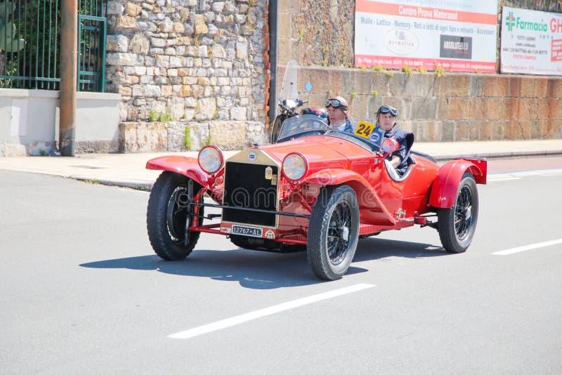 Roczników samochody paradują wokoło ulic miasto, genua, Włochy obrazy royalty free