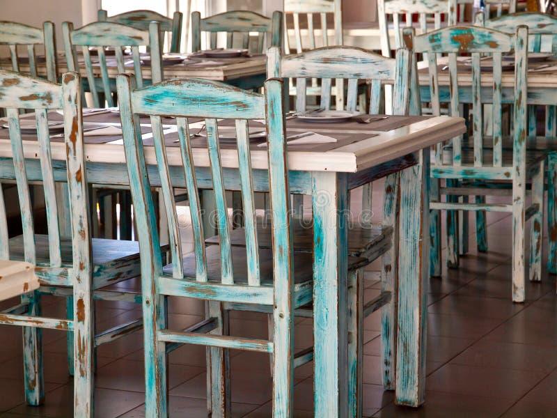 Roczników stoły w zieleni z drewna w restauracji i krzesła obraz stock