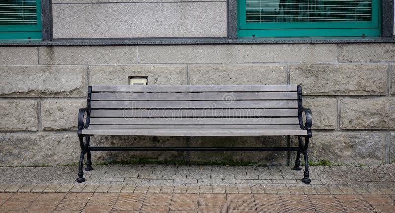 Rocznik ławka z kamienną ścianą przy słonecznym dniem obraz royalty free