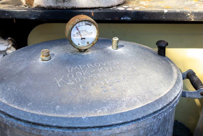 Rocznik żelazna ciśnieniowa kuchenka zdjęcia stock