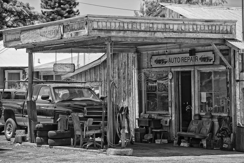 Rocznik auto naprawy drewniany budynek obraz stock