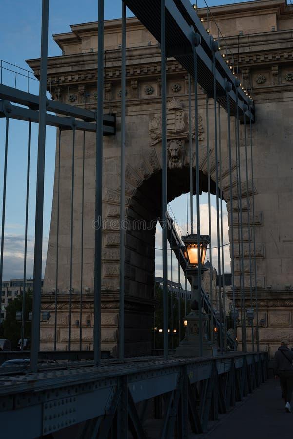 Rocznik błyskawicowa latarnia uliczna na starym historycznym Łańcuszkowym moscie na Danube rzece w Budapest, Węgry Wieczór pojęci zdjęcia royalty free