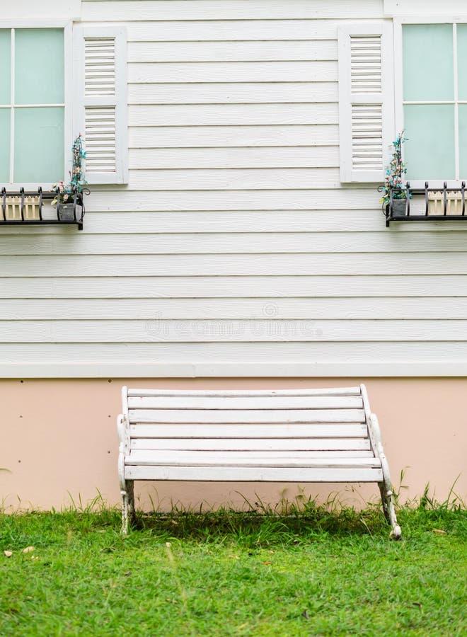 Rocznik biała ławka obrazy stock