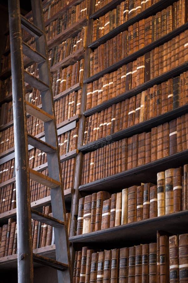 Rocznik biblioteka z drewnianą drabiną fotografia stock