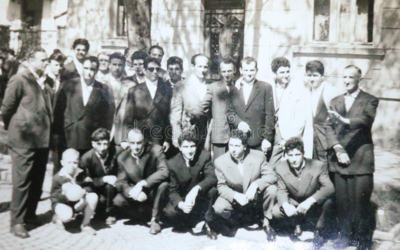 Rocznik czarny i biały fotografia wszystko jest ubranym kostiumy grupa mężczyźni, poślubiać/żałobni 1950s Europejscy zdjęcie stock