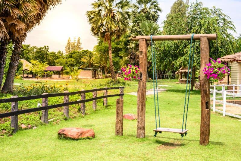 Rocznik drewniana huśtawka w ogródzie zdjęcia royalty free