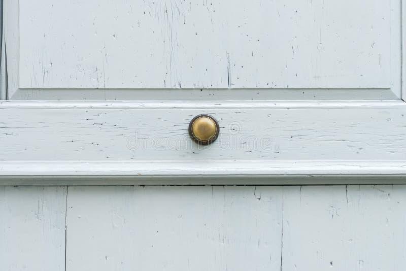 Rocznik drzwiowa rękojeść na drewnianym dzwi wejściowy obraz stock