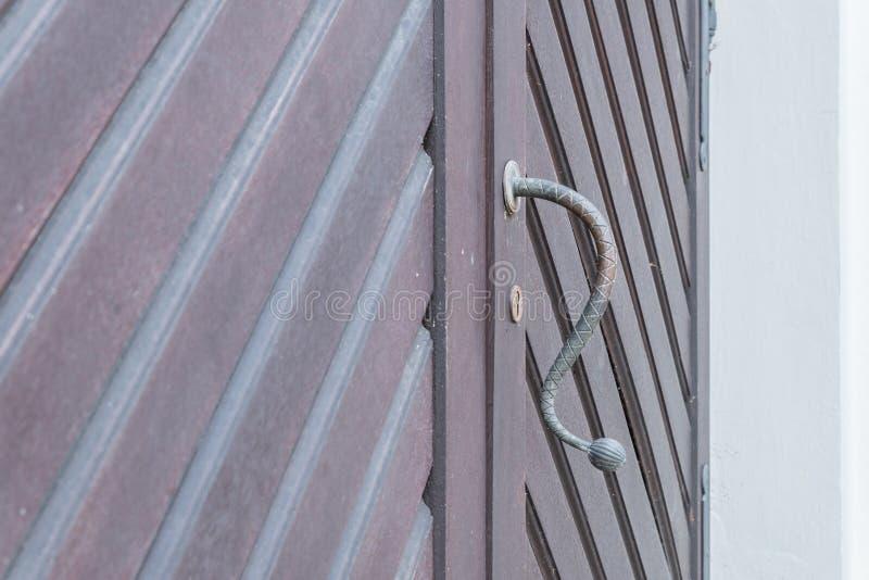 Rocznik drzwiowa rękojeść na drewnianym dzwi wejściowy, Niemcy zdjęcia stock