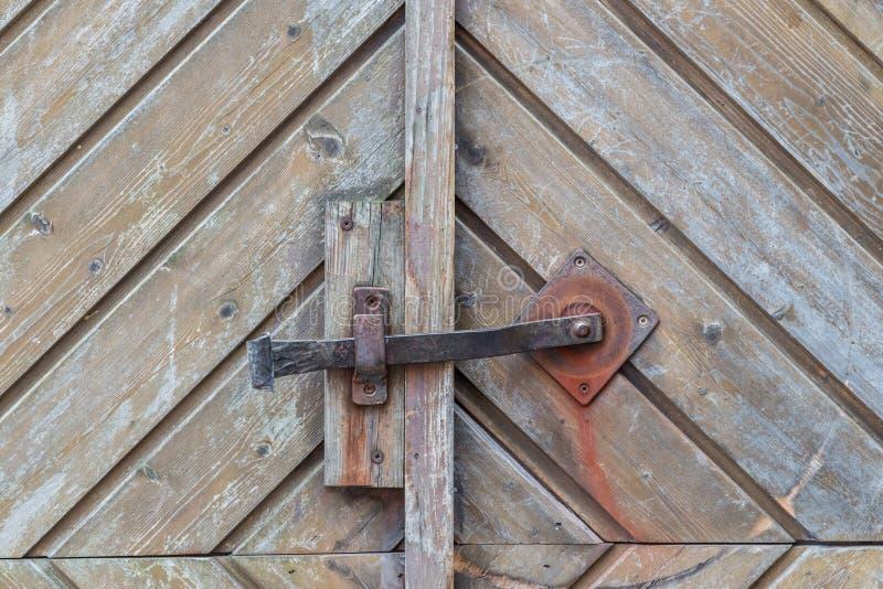 Rocznik drzwiowa rękojeść na drewnianym dzwi wejściowy, Niemcy obraz royalty free