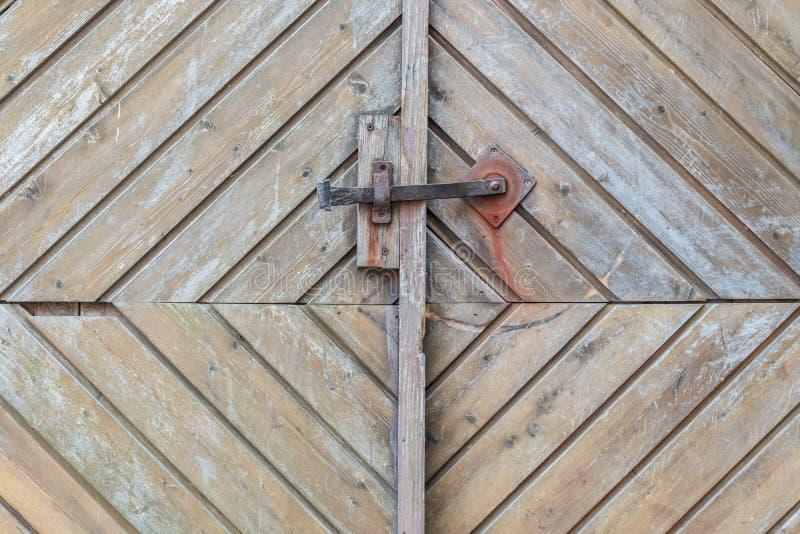 Rocznik drzwiowa rękojeść na drewnianym dzwi wejściowy, Niemcy fotografia royalty free
